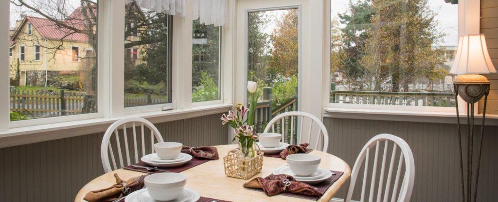 Tucker House Inn - Victoria's Flower Garden Suite Sunroom